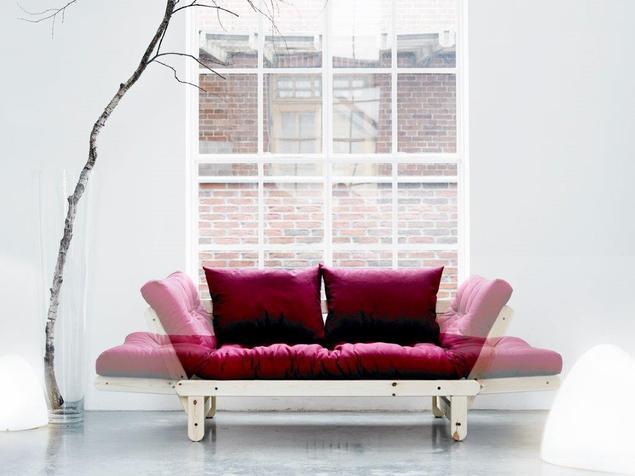 Inne sofy do salonu. Materac futonowy na drewnianej sofie rozkładanej