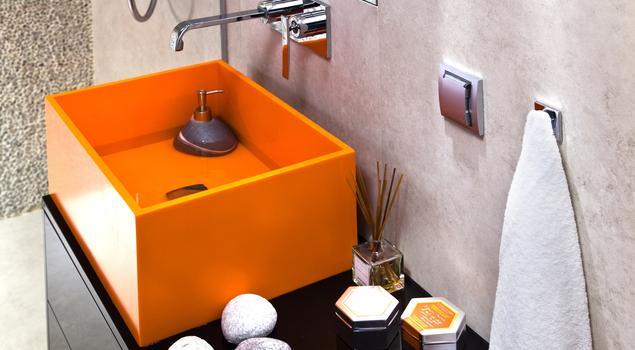 Łazienka z pomarańczowym akcentem