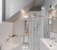 Łazienka na poddaszu – aranżacja białej łazienki