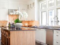 Biała kuchnia. Klasyczna aranżacja kuchni z wyspą